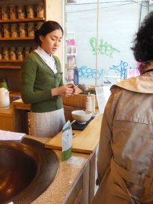 Preparing fresh brewed green tea for tasting (O Sulloc)